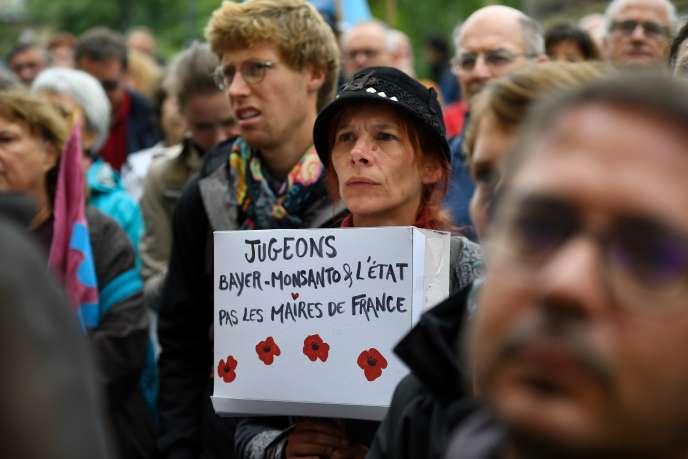 Des manifestants soutiennent Daniel Cueff, maire deLangouët, devant le tribunal administratif de Rennes, le 14 octobre.