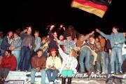 Des Berlinois célèbrent la chute du mur, le 11 novembre 1989.