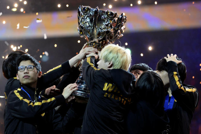 L'équipe chinoiseFunPlus Phoenix a remporté la finale mondiale de « League of Legends» contre les européens de G2 Esports, à Paris, le 10 novembre 2019.