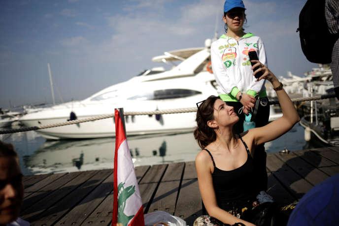 A Zaytouna Bay, à Beyrouth, le 10 novembre, des manifestants organisent un petit-déjeuner collectif sur le quai, chose traditionnellement interdite dans ce pré-carré de la haute société beyrouthine.