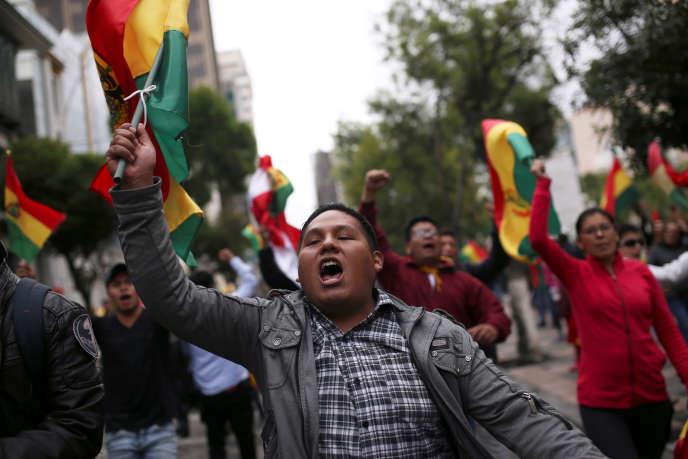 Des manifestants ont célébré l'annonce de la démission d'Evo Morales dans les rues deLa Paz, dimanche 10 novembre.