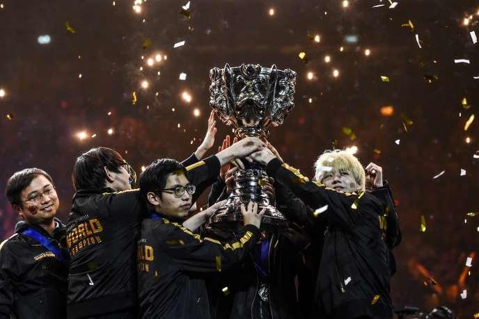 Les Chinois de FunPlus Phoenix, champion du monde de League of Legends, à Paris, le dimanche 10 novembre.