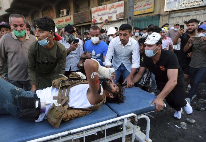 Un manifestant est emmené à l'hôpital après des affrontements avec les forces de l'ordre, le 9 novembre, à Bagdad.