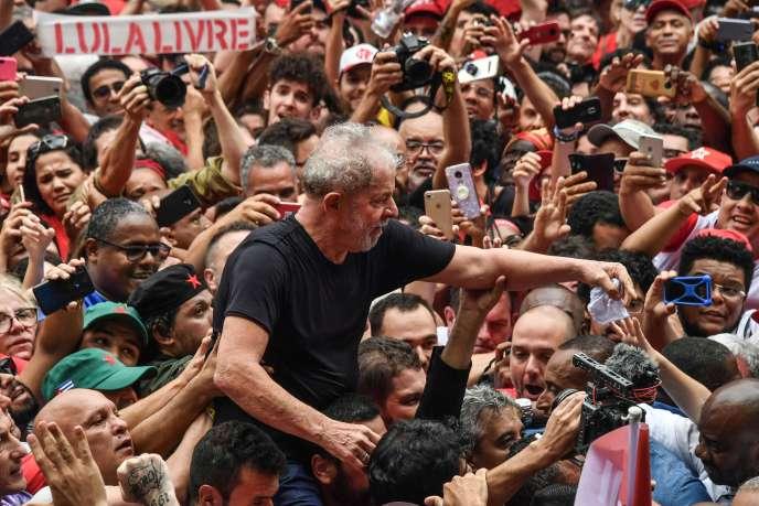 Cựu Tổng thống Brazil Lula được bao quanh bởi những người ủng hộ ông, tại một cuộc mít tinh trước Liên minh Sao Bernardo do Campo Metalworkers vào ngày 9 tháng 11 tại Sao Paulo.