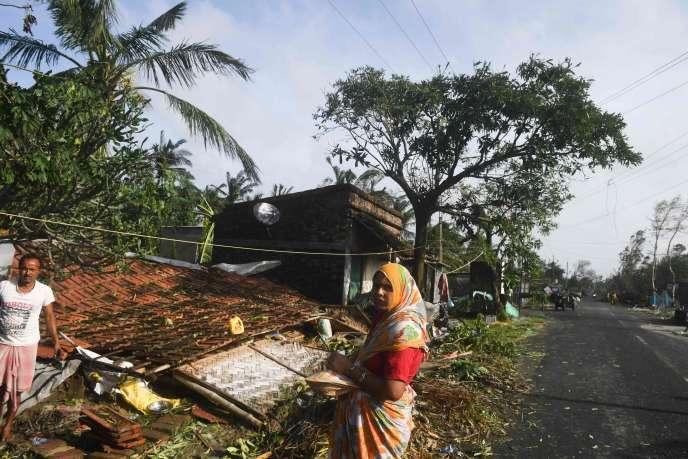 Des villageois après le passage du cyclone Bulbul, dans la zone de Bakkhali, en Inde.