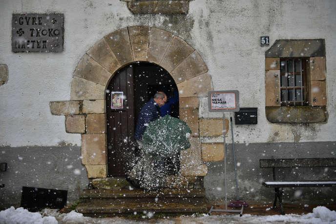 Một người đàn ông đến một trạm bỏ phiếu ở xã Viscarret-Guerendiain, ở Pyrenees Tây Ban Nha, vào Chủ nhật, ngày 10 tháng 11.