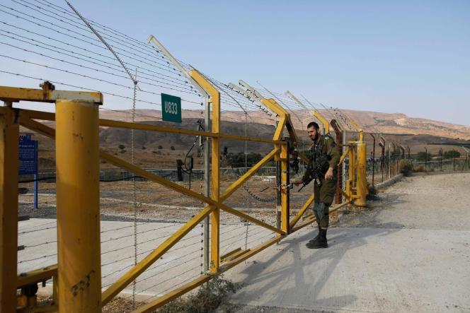 Un soldat israélien ferme un portail à la frontière, le 10novembre à Naharayim (Baqoura en arabe), dans l'est d'Israël.