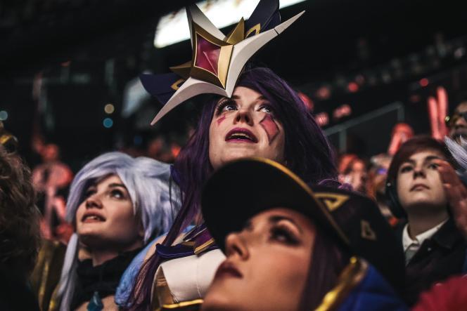 Des spectatrices grimées en personnage du jeu«League of Legends», pour la finale du championnat du monde, dimanche 10novembre, à Paris.