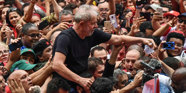 """Trong cuộc gặp gỡ tự do đầu tiên của mình, Lula tự coi mình là """"vị cứu tinh"""" của Brazil chống lại cực hữu"""
