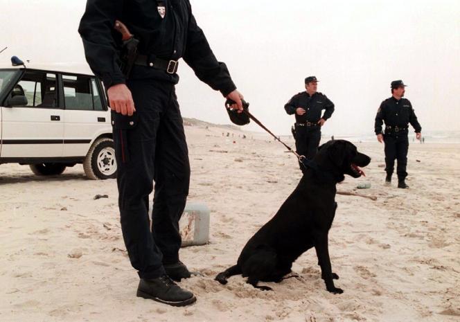 Des douanniers effectuent des recherches sur une plage landaise près de Dax, le 8 mai 2001, après la découverte de paquets de cocaïne sur le littoral.