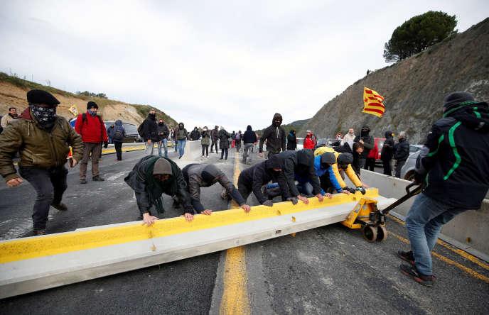 Des dizaines de véhicules bloquaient la circulation au niveau de la frontière. Des dizaines de personnes sont sorties des voitures pour monter une barricade.