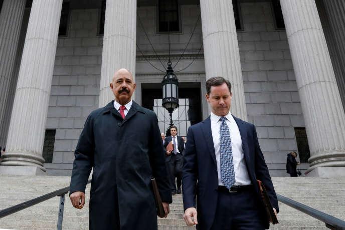 Luật sư của Exxon, Theodore Wells (trái), rời Tòa án Tối cao New York vào ngày 7 tháng 11.