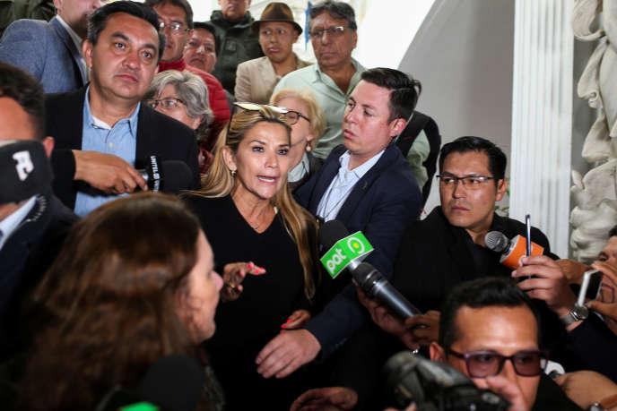 Jeanine Añez, vice-présidente du Sénat et membre du parti d'opposition Unidad democratica, n'a pas caché son émotion en appelant à la fin des violences.