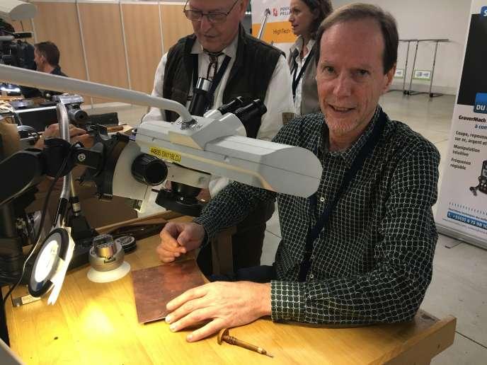 Patrick Dérible s'essaie à la gravure sous binoculaire.