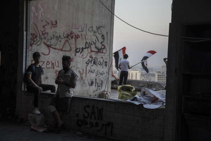 Des manifestants, qui occupent un bâtiment de onze étagesà Bagdad, le 10 novembre.
