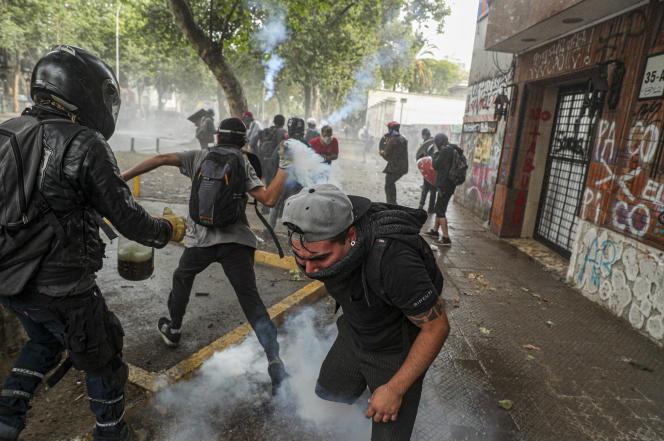 Affrontement entre les manifestants et la police chilienne à Santiago, le 11 novembre.