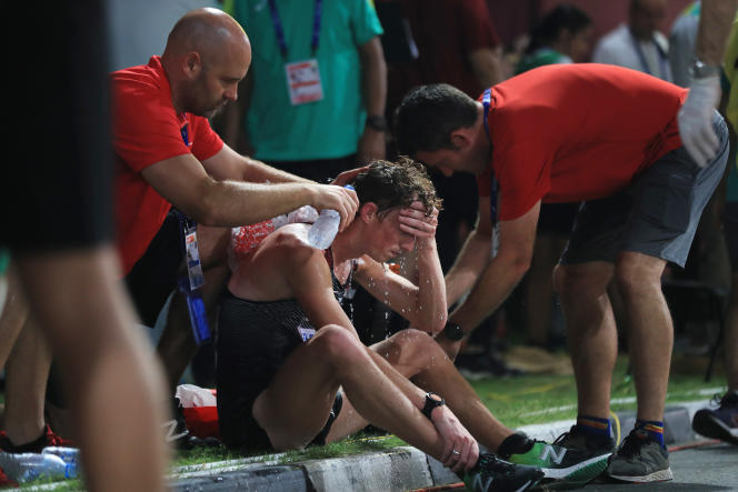 Des soins sont apportés à un athlète, lors du 50 km marche, à Doha, le 29 septembre.