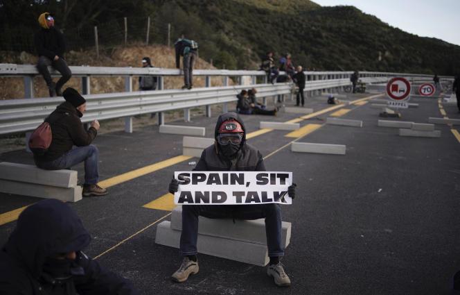 La frontière de la Jonquera, entre la France et l'Espagne, bloquée par des manifestants indépendantistes, à Gérone (Espagne), le 11 novembre 2019.