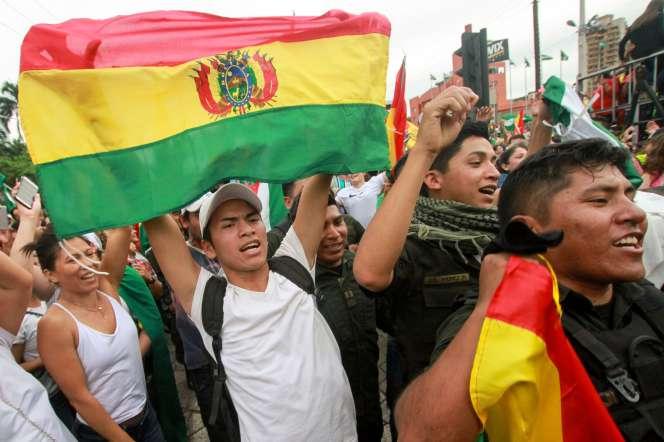 Des Boliviens célèbrent la démission du président Evo Morales, le 10 novembre à la Paz.