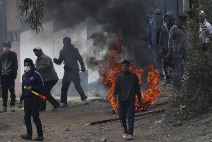 Des partisans d'Evo Morales affrontent la police.