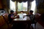 Deux étudiants chinois dans une famille d'accueil américaine, à Murrieta (Californie), en mars 2016.