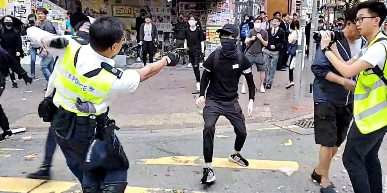 Tirs à balles réelles et homme brûlé vif : journée chaotique à Hongkong - Le Monde