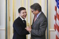 Le président ukrainien Volodymyr Zelensky, et Rick Perry, alors secrétaire d'Etat à l'énergie, en mai 2019 à Kiev.