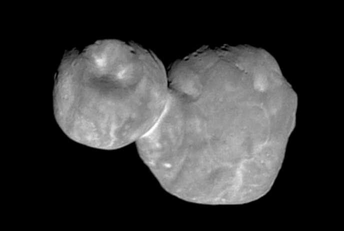 Le corps céleste de Kuiper appelé à l'origine «Ultima Thule», à environ 1 milliard dekilomètres au-delà de Pluton, rencontré par la sonde spatiale New Horizons, le1erjanvier.