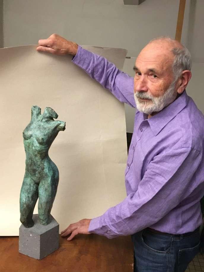 Jacques Jubert dans son atelier, avec une de ses dernières sculptures, à découvrir à l'Espace Montpezat.«Ishtar I», 2018, tirage bronze 1/8, patine vert antique, haut. 62 cm, socle en basalte.