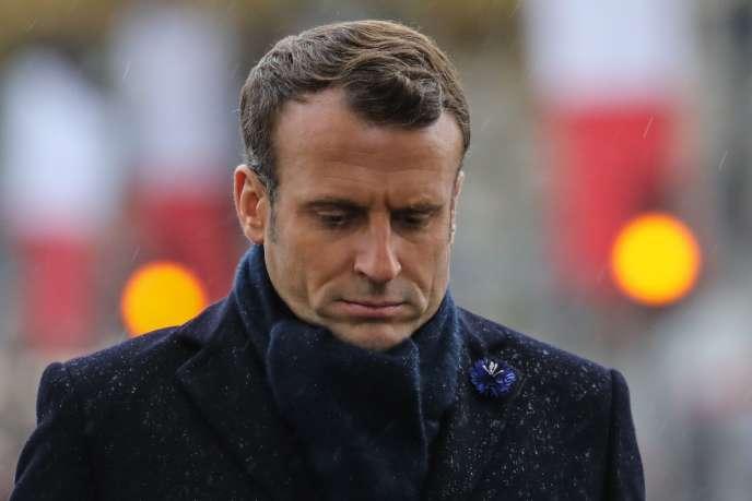 Le président Emmanuel Macron sous l'Arc de triomphe, le 11 novembre à Paris.