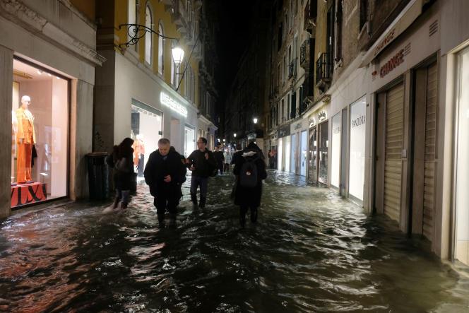 Dans les rues de Venise, en Italie, le 12 novembre.