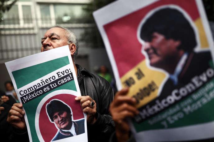Des pancartes « Evo, Mexico est ta maison », lors d'une manifestationen soutien à l'ex-président bolivien Evo Morales devant l'ambassade de Bolivie de Mexico, le 11 novembre.