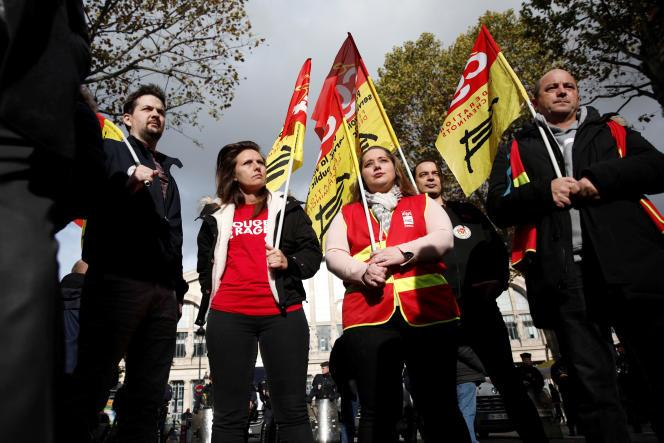 Mobilisation de la CGT devant la gare du Nord, le 5 novembre à Paris.