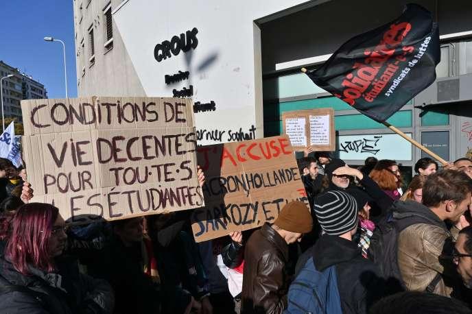 Rassemblement d'étudiants devant le Crous, quatre jours après qu'un jeune homme s'est immolé par le feu, à Lyon, le 12 novembre.