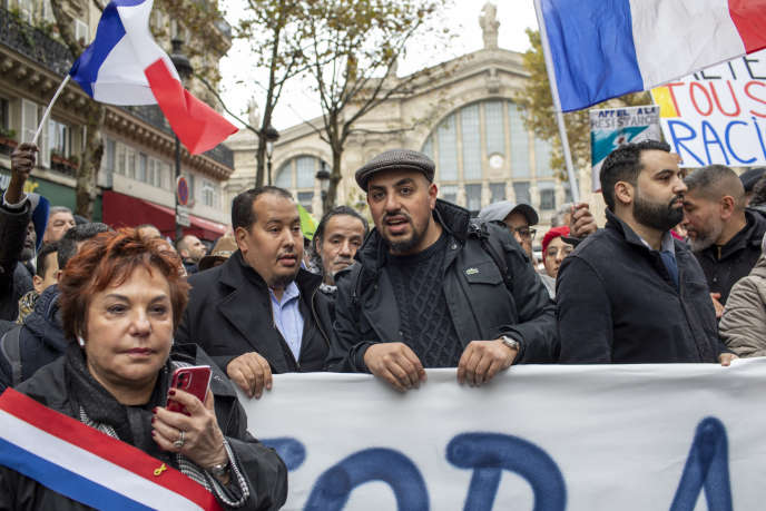 """""""Esther Benbassa, thượng nghị sĩ của Cộng hòa, đã ủng hộ bệnh héo mà cô ấy gây ra cho chúng tôi bởi Sinh thái học châu Âu - The Greens (EELV), làm mất uy tín của tôi"""" (Ảnh: Esther Benbassa, Marwan Muhammad và Yassine Belattar trong cuộc tuần hành chống lại đạo Hồi tại Paris, ngày 10 tháng 11)."""