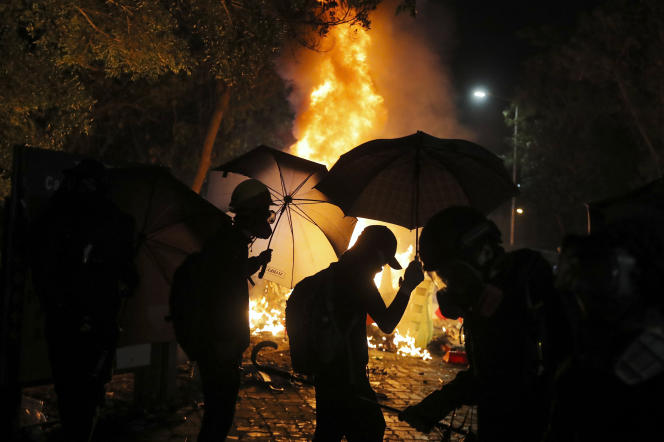 A l'Université chinoise de Hongkong, l'épicentre des heurts inédits de mardi sur les campus, la police a fait usage de gaz lacrymogène et de balles en caoutchouc contre des centaines de manifestants qui ont élevé des barricades.