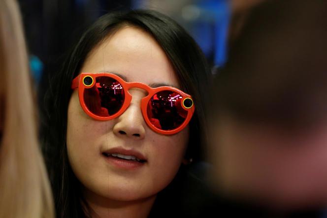 Une femme porte les lunettes connectés Spectacles de Snapchat lors de l'introduction en Bourse de l'entreprise sur le New York Stock Exchange, le 2 mars 2017.