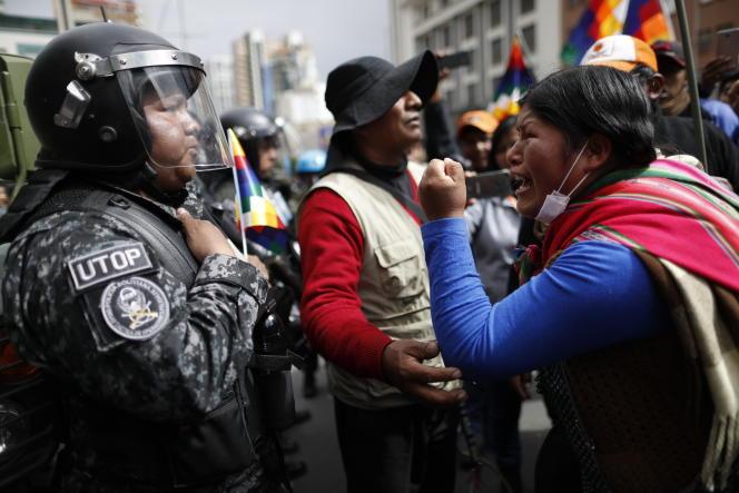 Une partisane d'Evo Morales fait face à la police à La Paz, le 12 novembre.