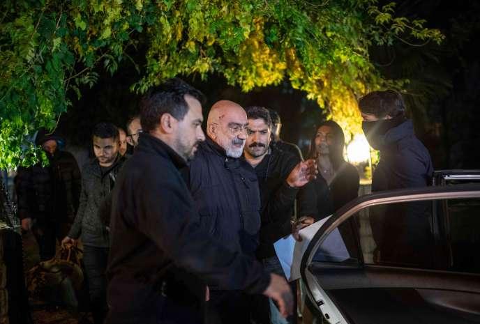 Le journaliste Ahmet Altan lors de son arrestation à son domicile d'Istanbul, le 12 novembre.