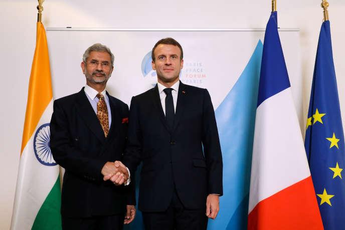 Le président français Emmanuel Macron et le ministre des affaires étrangères indien, Subrahmanyan Jaishankar, en marge du Forum pour la paix, le 12 novembre à Paris.