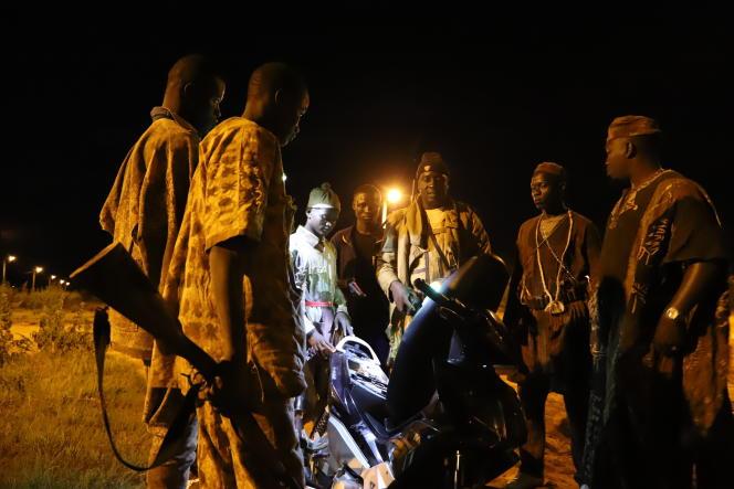 Les dozos assurent plusieurs missions de sécurité de manière informelle mais tolérée par les autorités ivoiriennes. Ces chasseurs-guérisseurs traditionnels sont très respectés par la population, malgré des exactions et des abus.