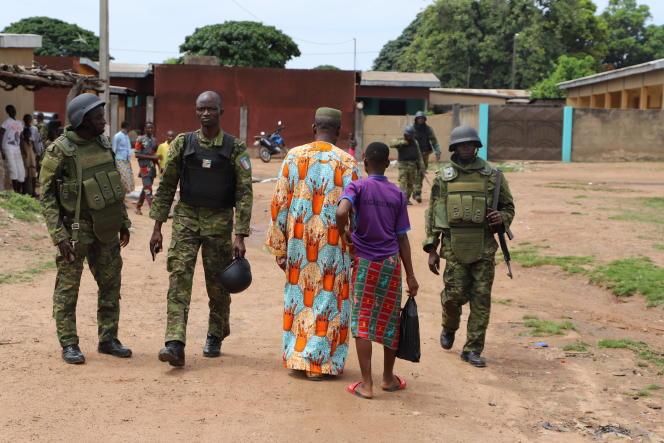 L'armée de terre ivoirienne circule dans les rues en terre de la ville de Kaouara, à la frontière avec le Burkina Faso, fin octobre 2019.