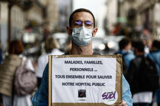 Victor, 25 ans, interne à l'hôpitalparisien Saint-Louis, pose en marge d'une manifestation du personnel soignant, à Paris, le 26 septembre.