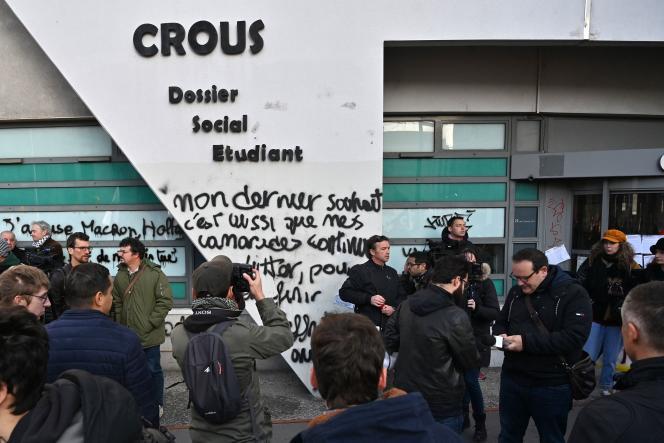 Rassemblement devant le Crous de Lyon, mardi 12 novembre, où un étudiant s'est immolé vendredi.