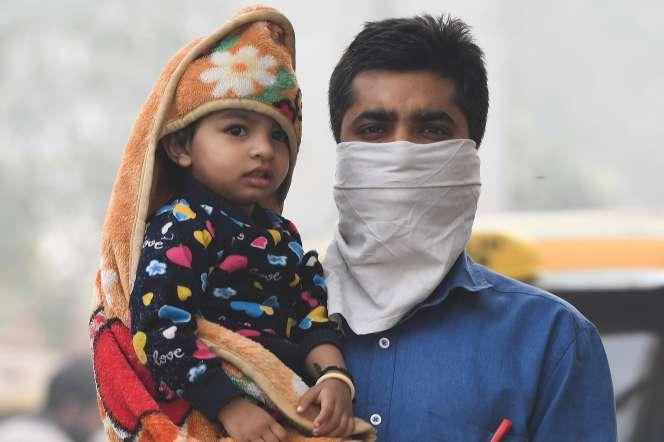Un homme attend le bus dans une rue polluée de New Delhi, le 4 novembre.