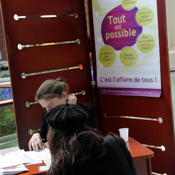 Un stand d'information du forum pour l'emploide Saint-Herblain (Loire-Atlantique).