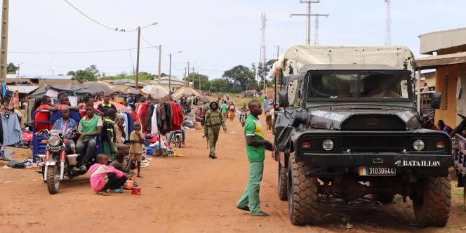 Fin octobre 2019, l'armée de terre ivoirienne circule dans les rues en terre de la ville de Kaouara, à la frontière burkinabée.