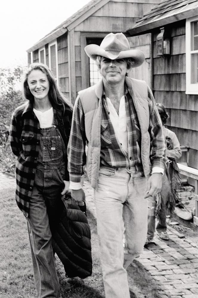 Ralph Lauren et son épouse, Ricky, en 1977 devant leur maison des Hamptons, près de New York.