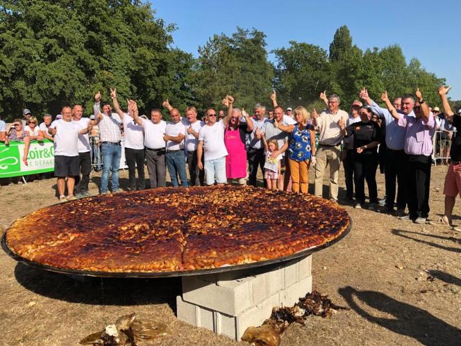 La tarte Tatin confectionnée par les Ambassadeurs de la tarte Tatin de Lamotte-Beuvron (Loir-et-Cher).