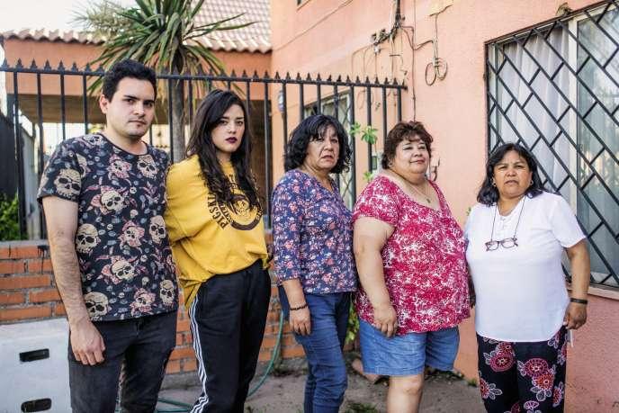 Elsa Santander Tapia (4e en partant de la g.), entourée de son fils Pablo, de sa belle-fille Javiera, et de ses sœurs, Mireya et Monica. Éducation, santé, immobilier…La famille est lourdement endettée et peine à assurer les dépenses du quotidien.